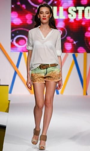 29.jul.2013 - Os shorts coloridos manchados com aplicação de tachas promete continuar em alta no próximo verão