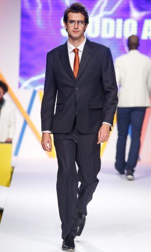 29.jul.2013 - Ternos masculinos, como o da Studio At também deram as caras na passarela do Mega Polo Moda