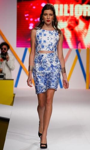 29.jul.2013 - As estampas de branco com azul prometem fazer sucesso no próximo verão. Este look é da Miliore