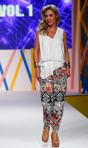 29.jul.2013 - Calça estampada larga usada com blusa branca também larga é a proposta da Vol. 1 para o verão