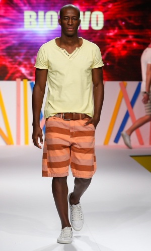 29.jul.2013 - A marca Bio Two mostra que os homens não precisam ter medo das cores ao compor looks