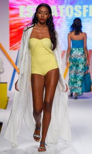 29.jul.2013 - O primeiro dia de desfiles do Mega Polo Moda também mostrou moda praia. O maiô com saída longa é da marca Estratosfera