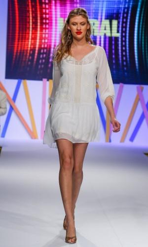 29.jul.2013 - O verão é a melhor estação para investir em looks soltos e frescos, como o vestido de renda da Vitral