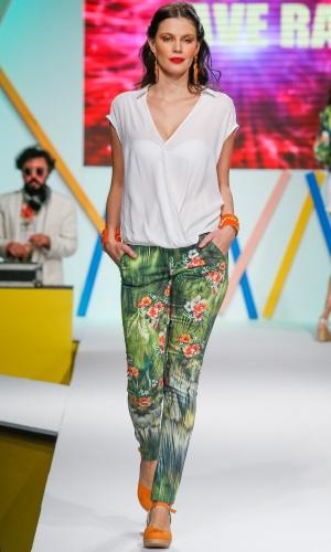 29.jul.2013 - O truque para usar calça estampada sem errar é combinando com uma blusa lisa, como mostra o look da Ave Rara