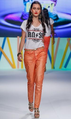29.jul.2013 - O jeans colorido levemente metalizado foi destaque do desfile da Buzzy
