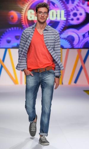 29.jul.2013 - O look masculino da Gasoil mostrou a sobreposição de camiseta com camisa usada com calça jeans