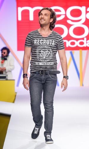 29.jul.2013 - O ator Igor Rickli faz sua segunda aparição na passarela do Mega Polo Moda com camiseta e jeans