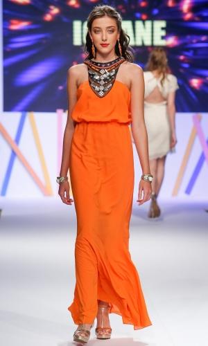 29.jul.2013 - O vestido da marca Iorane já vem com maxi colar aplicado