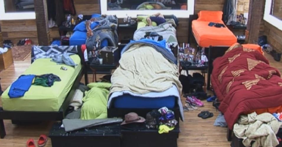 29.jul.2013 - Que preguiça! Peões dormem nesta tarde na sede de