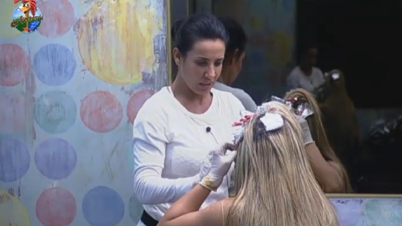 29.jul.2013 - Scheila Carvalho tinge a raiz dos cabelos de Denise Rocha