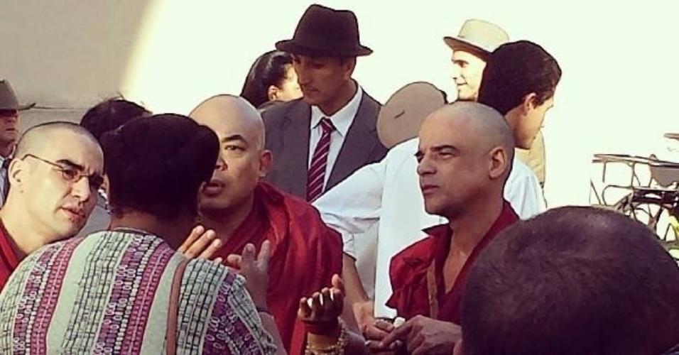"""Careca para viver um monge na nova novela das seis, """"Joia Rara"""", o ator Caio Blat, Cacau Protásio e Angelo Antônio gravam cenas do folhetim no Rio"""