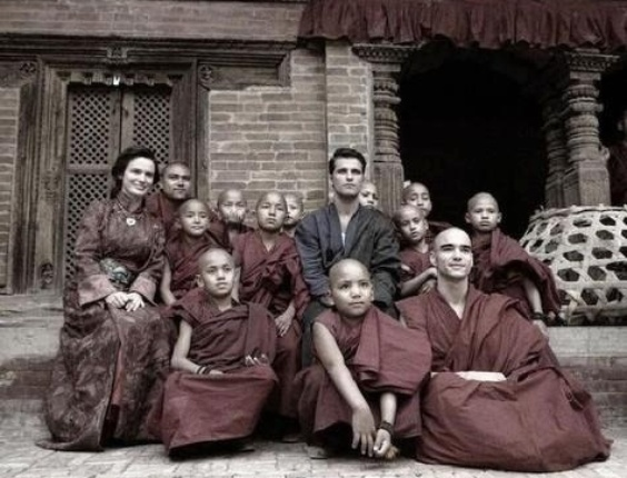 """Careca para viver um monge na nova novela das seis, """"Joia Rara"""", os atores Caio Blat e Bruno Gagliasso  gravam cenas da trama de Thelma Guedes e Duca Rachid no Nepal"""