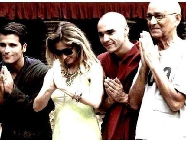 """O ator Bruno Gagliasso, a diretora Amora Mautner, os atores Caio Blat e Nelson Xavier gravam cenas da nova novela das seis """"Joia Rara"""" no Nepal"""