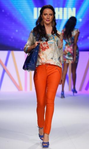 30.jul.2013 - A calça laranja foi usada com blusa estampada no desfile do Mega Polo Moda