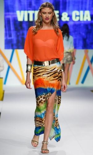 30.jul.2013 - A saia longa estampada foi combinada com blusa laranja no desfile do Mega Polo Moda
