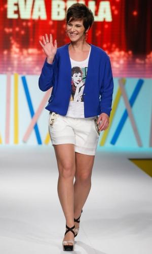 30.jul.2013 - A atriz Dani Moreno acena para o público enquanto desfila no Mega Polo Moda