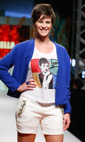 "30.jul.2013 - A atriz Dani Moreno, que interpretou Aisha na novela ""Salve Jorge"", desfilou para a marca Eva Bella no Mega Polo Moda"