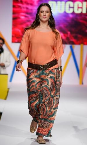 30.jul.2013 - A Ducci mostrou um modelo de calça estampada larga pra mulheres que usam tamanhos grandes