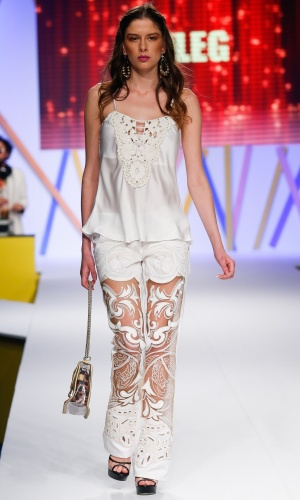 30.jul.2013 - A Luleg ousou na passarela do Mega Polo Moda e mostrou uma calça com recorte transparente