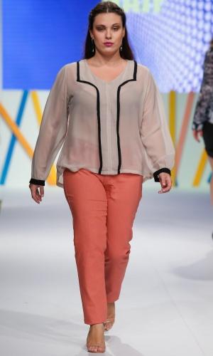 30.jul.2013 - A marca Naif mostra uma boa opção de look elegante e moderno para o trabalho para mulheres que usam tamanhos grandes