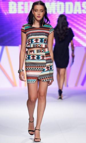 30.jul.2013 - A tendência étnica marcou presença nas passarelas do Mega Polo Moda. Este look é da Beija Modas