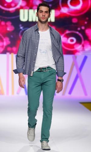 30.jul.2013 - As calças coloridas masculinas continuam em alta, como mostra a marca Umen