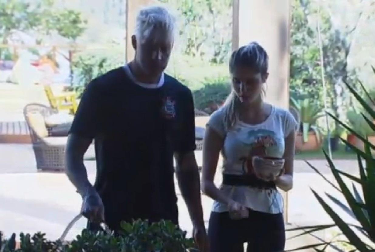30.jul.2013 - Bárbara leva café da manhã para Mateus enquanto ele rega horta