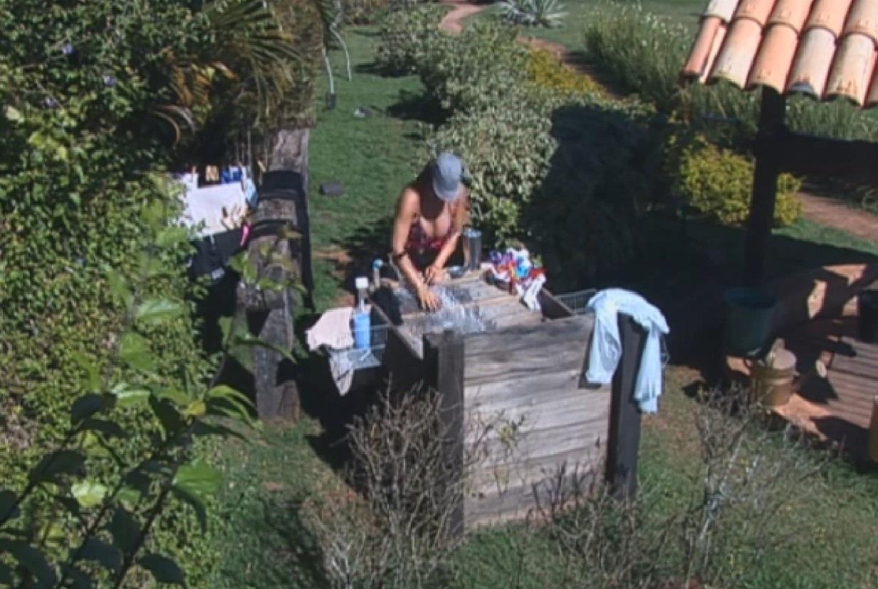 30.jul.2013 - Denise aproveita dia de sol para lavar roupa