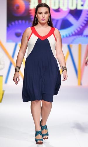 30.jul.2013 - Este vestido da A Duqueza ajuda a valorizar o corpo das gordinhas. O decote em V alonga e os recortes ajudam a criar um efeito de silhueta mais fina