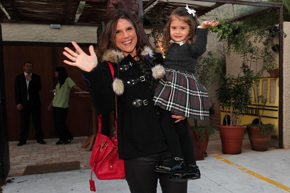 30.jul.2013 - Mariana Kupfer e a filha, Victoria, prestigiaram o aniversário de cinco anos de Gabriel, filho de Astrid Fontenelle. O evento aconteceu em São Paulo e teve como tema o filme