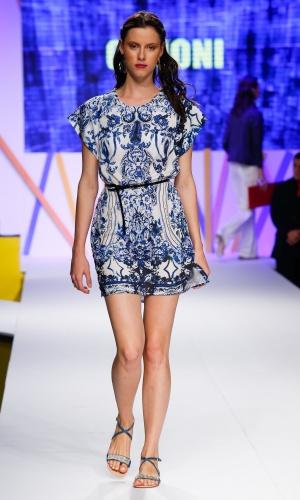 30.jul.2013 - As estampas em azul e branco vão ser o hit do próximo verão. Este vestido é da Canoni