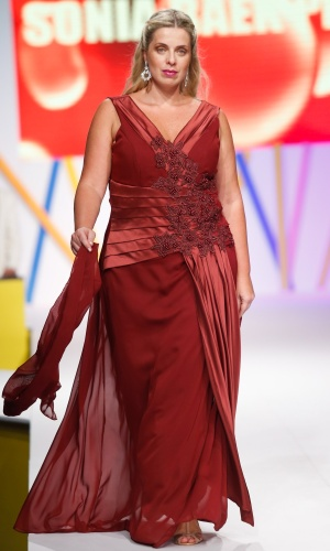 30.jul.2013 - A marca Sonia Baek Plus mostra uma opção de vestido de festa para gordinhas