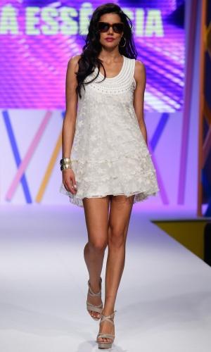 30.jul.2013 - O vestido branco de renda com pérolas da Pura Essência pode ser uma boa opção para festas na praia durante o verão