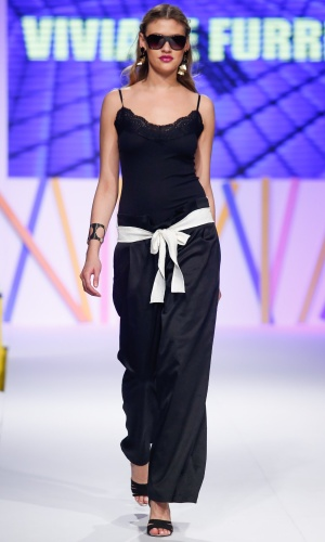 30.jul.2013 - A marca Viviane Furrier mostra um look simples e despojado no desfile do Mega Polo Moda