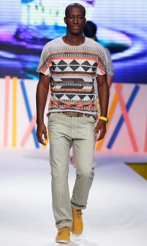30.jul.2013 - A marca Invert trouxe a tendência étnica também para os looks masculinos