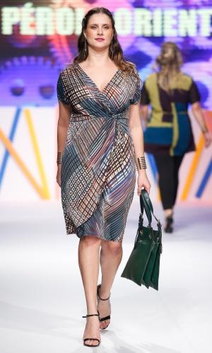 30.jul.2013 - Decotes transpassados, como deste vestido da Pérola Oriental, são as melhores opções para gordinhas
