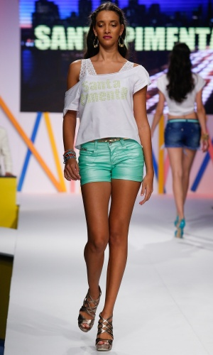 30.jul.2013 - O shorts da Santa Pimenta confirma a tendência do jeans color metalizado
