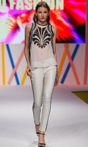 30.jul.2013 - Modelo desfila look branco e preto da marca Jô Fashion. Esta combinação de cores é uma das principais tendências de moda