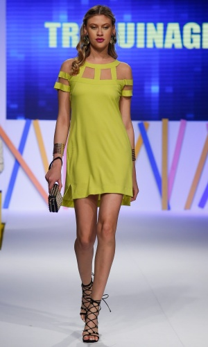 30.jul.2013 - O amarelo cítrico também aparece em um vestido com recortes vazados, como este da Traquinage
