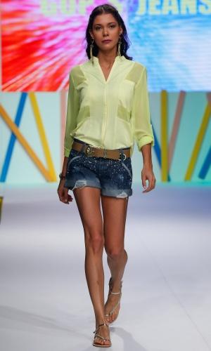 30.jul.2013 - O amarelo cítrico também aparece em versão mais apagada como na camisa da Gups´s Jeans