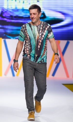 """30.jul.2013 - Alexandre Barros desfila coleção de Verão 2014 em evento do Mega Polo Moda. O ator participou da novela """"Salve Jorge"""", da Globo"""