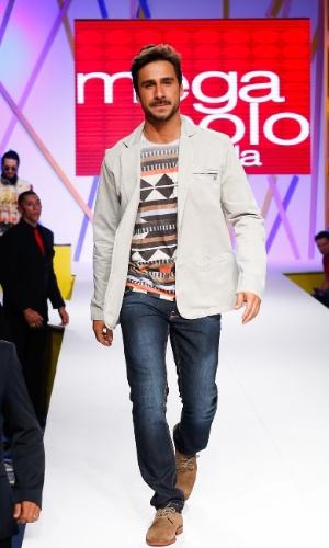 30.jul.2013 - O ator Julio Rocha faz a segunda entrada na passarela do Mega Polo Moda vestindo camiseta com estampa étnica, jeans e blazer casual