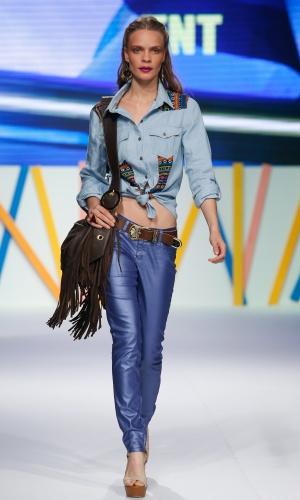 30.jul.2013 - O look da TNT mostra duas tendências para o Verão 2014: étnico e jeans colorido levemente metalizado