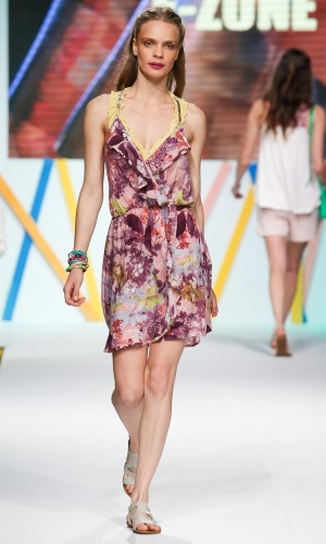 30.jul.2013 - O vestido floral com renda amarelo foi a aposta da E-Zone