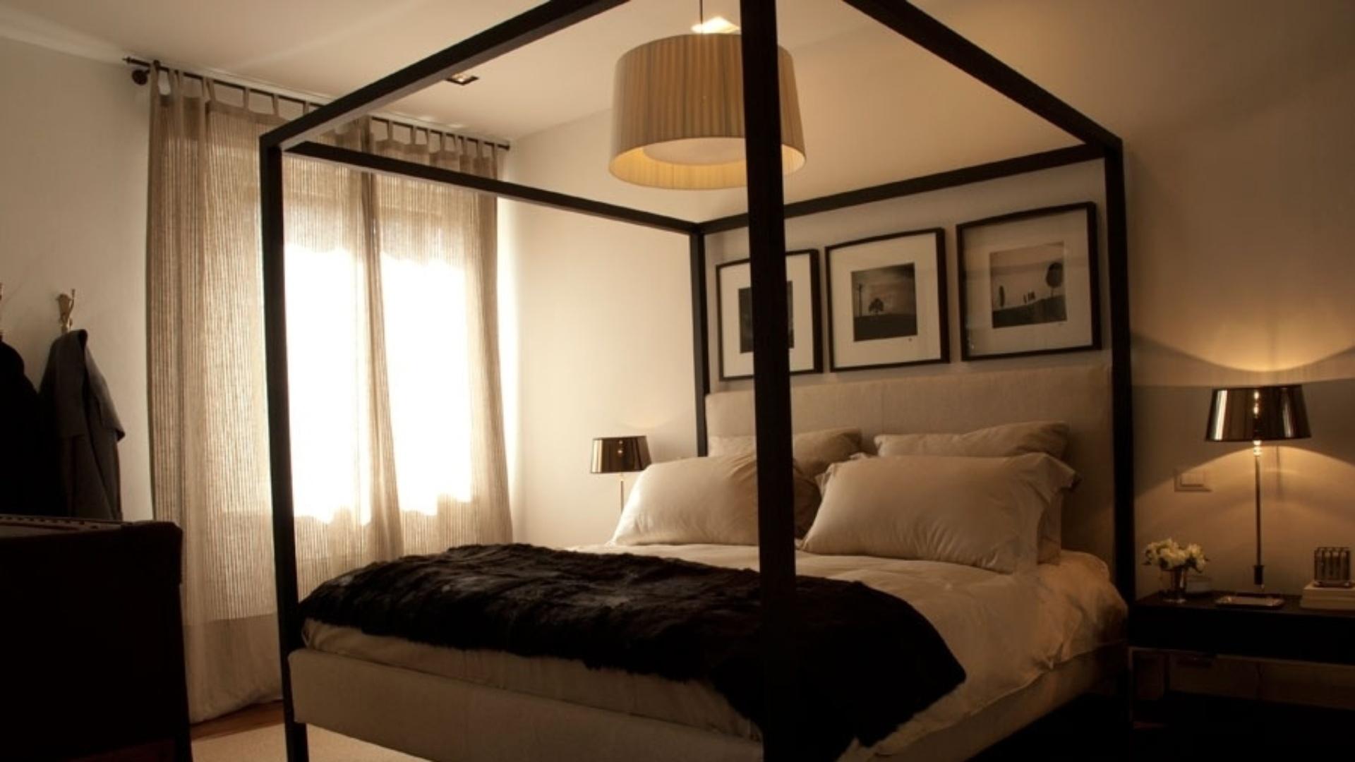 quarto de casal foi projetado pela designer de interiores Paola #B87313 1920x1080