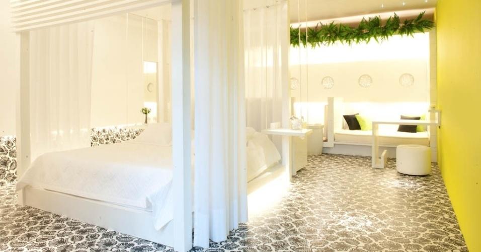 No quarto desta casa de praia, a cama com dossel faz alusão a bangalôs. O móvel é feito em madeira certificada pintada de branco e as cortinas são de voal. O projeto é da arquiteta Luciana Tomas, em parceria com a Sherwin-Williams