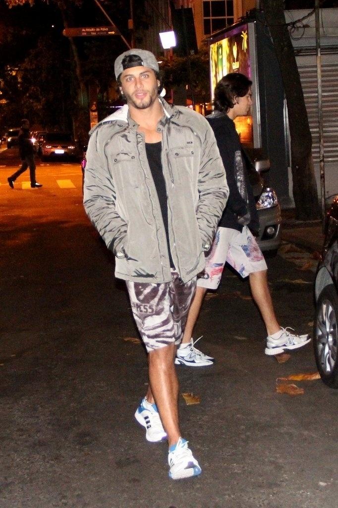 30.jul.2013 - Jesus Luz passeia de noite pelas ruas do Leblon, no Rio de Janeiro