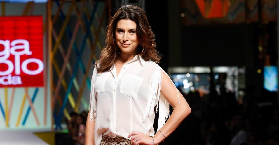 31.jul.2013 - A atriz Fernanda Paes Leme sorri para os fotógrafos do Mega Polo Moda
