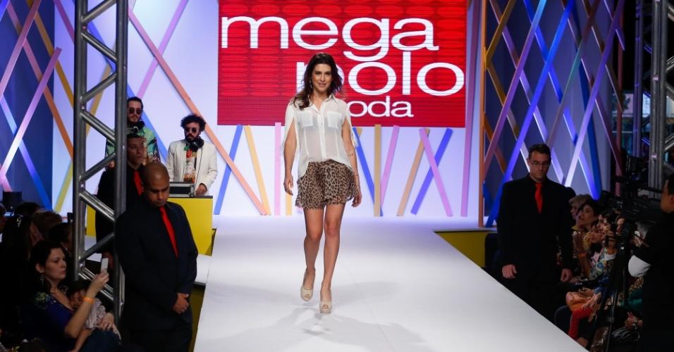 31.jul.2013 - De camisa branca com franjas e shorts de oncinha, a atriz Fernanda Paes Leme desfila no Mega Polo Moda