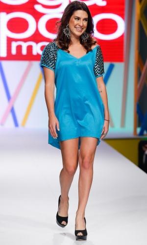 31.jul.2013 - A atriz Fernanda Paes Leme sorri timidamente para o público que assistia ao desfile do Mega Polo Moda